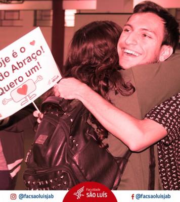 Alunos de Publicidade e Propaganda realizam ação no Dia do Abraço